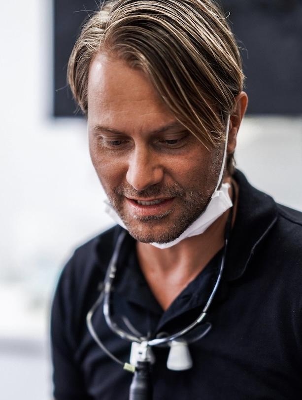 Dr. Jaroch in seiner Praxis